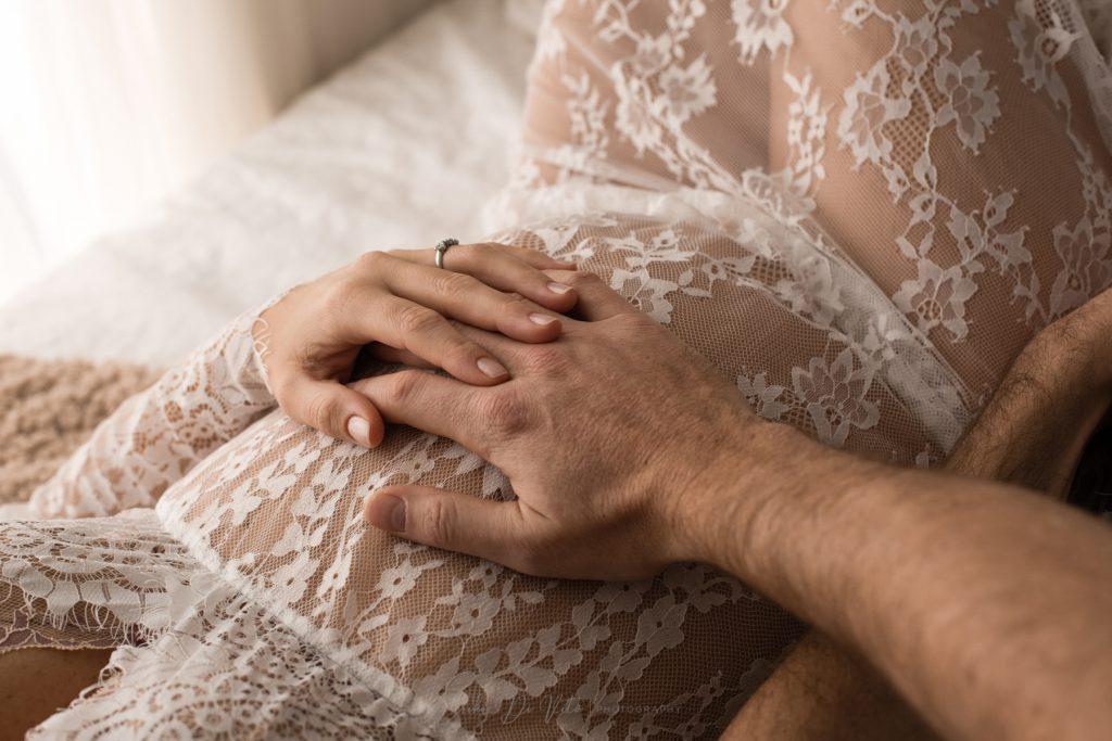 mani dettaglio coppia in dolce attesa pancione