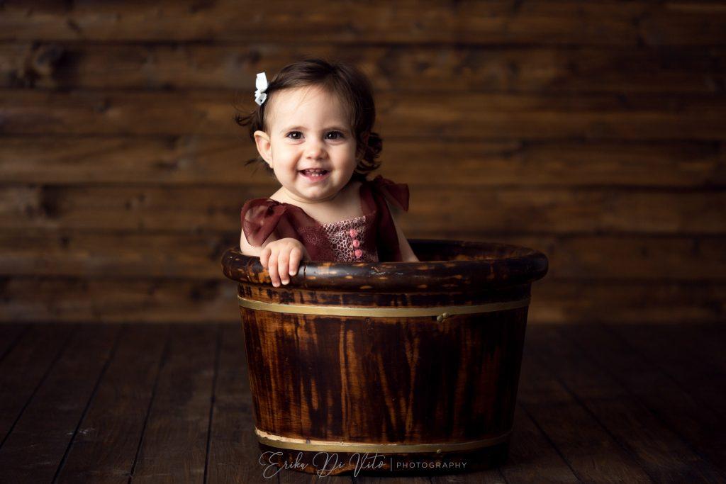 bambina nel catino di legno
