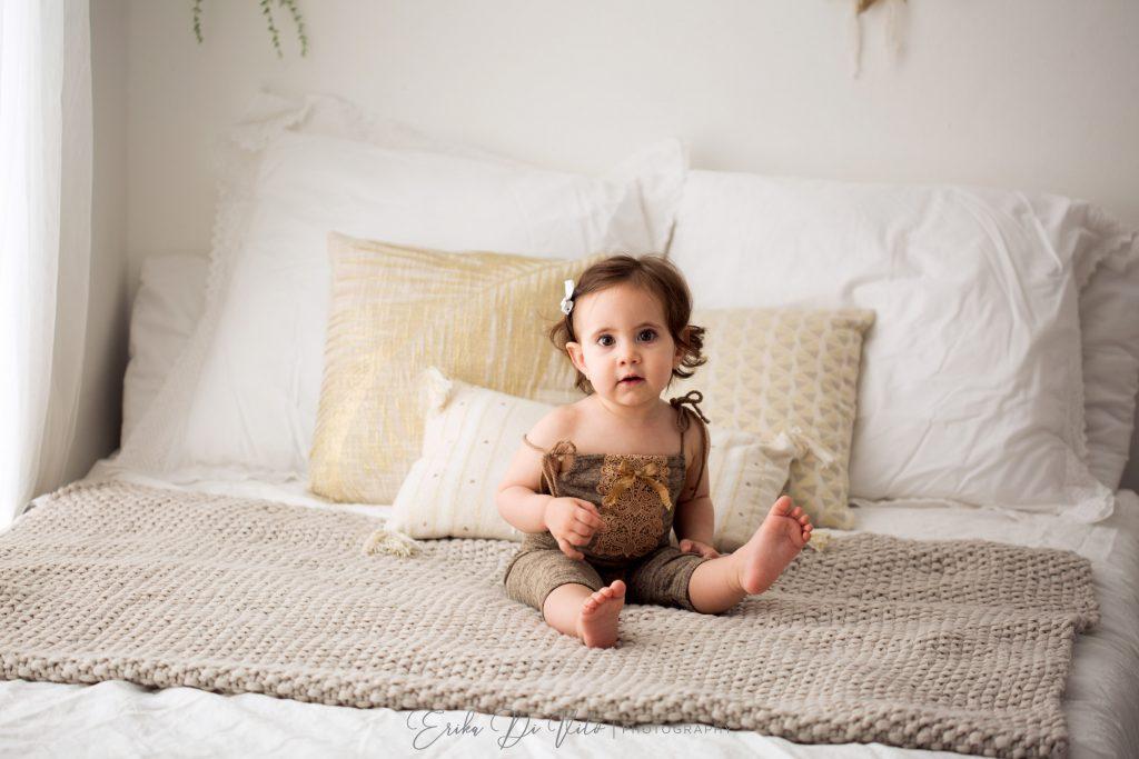 bambina 7 mesi sul letto