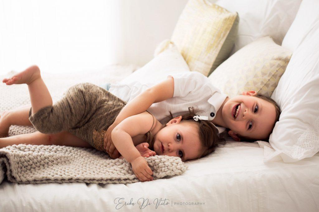 fratelli giocano sul letto