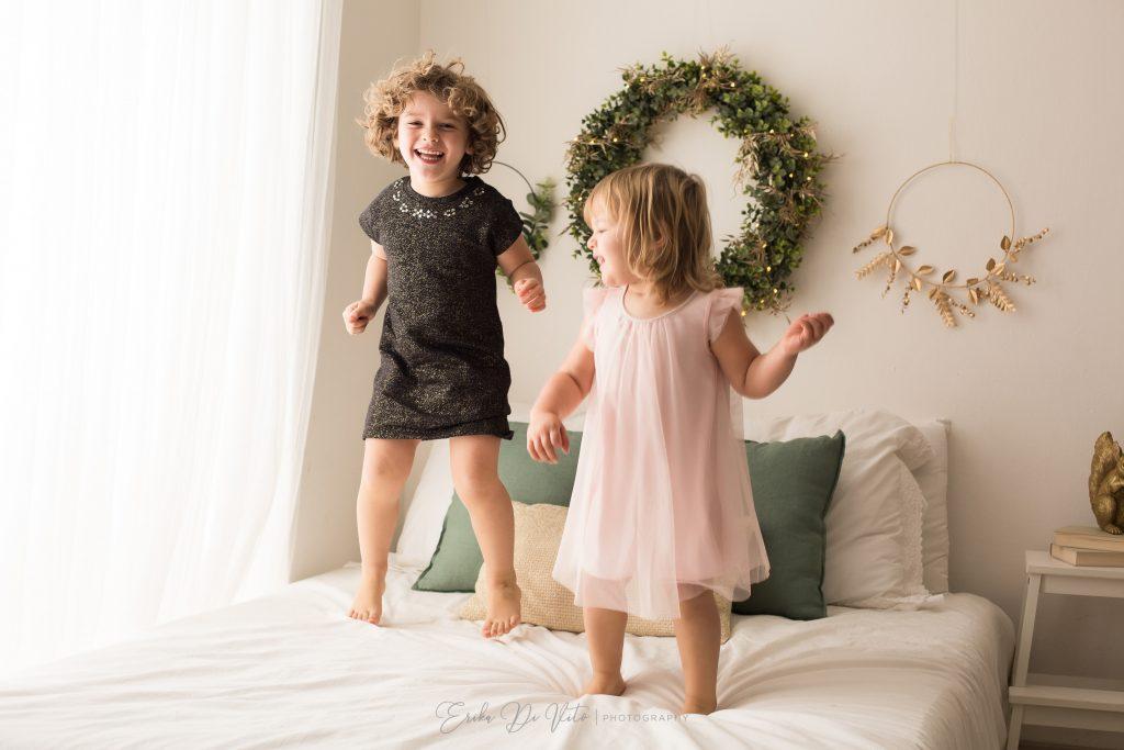 sorelle saltano sul letto