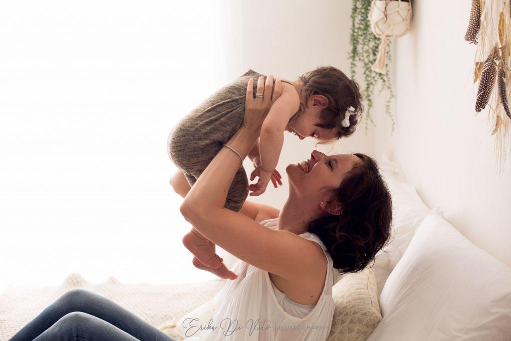 mamma e figlia 7 mesi giocano sul letto