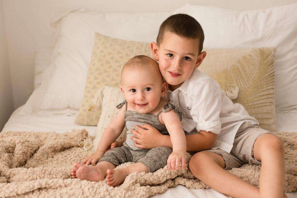 fratelli si abbracciano sul letto