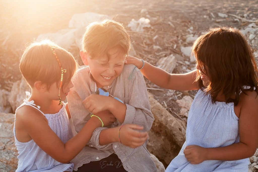 bambini giocano al mare al tramonto
