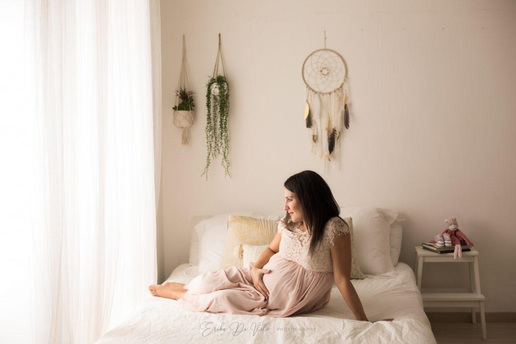 donna in dolce attesa su letto