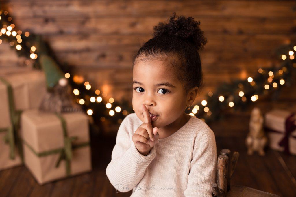 bambina dice silenzio arriva babbo natale