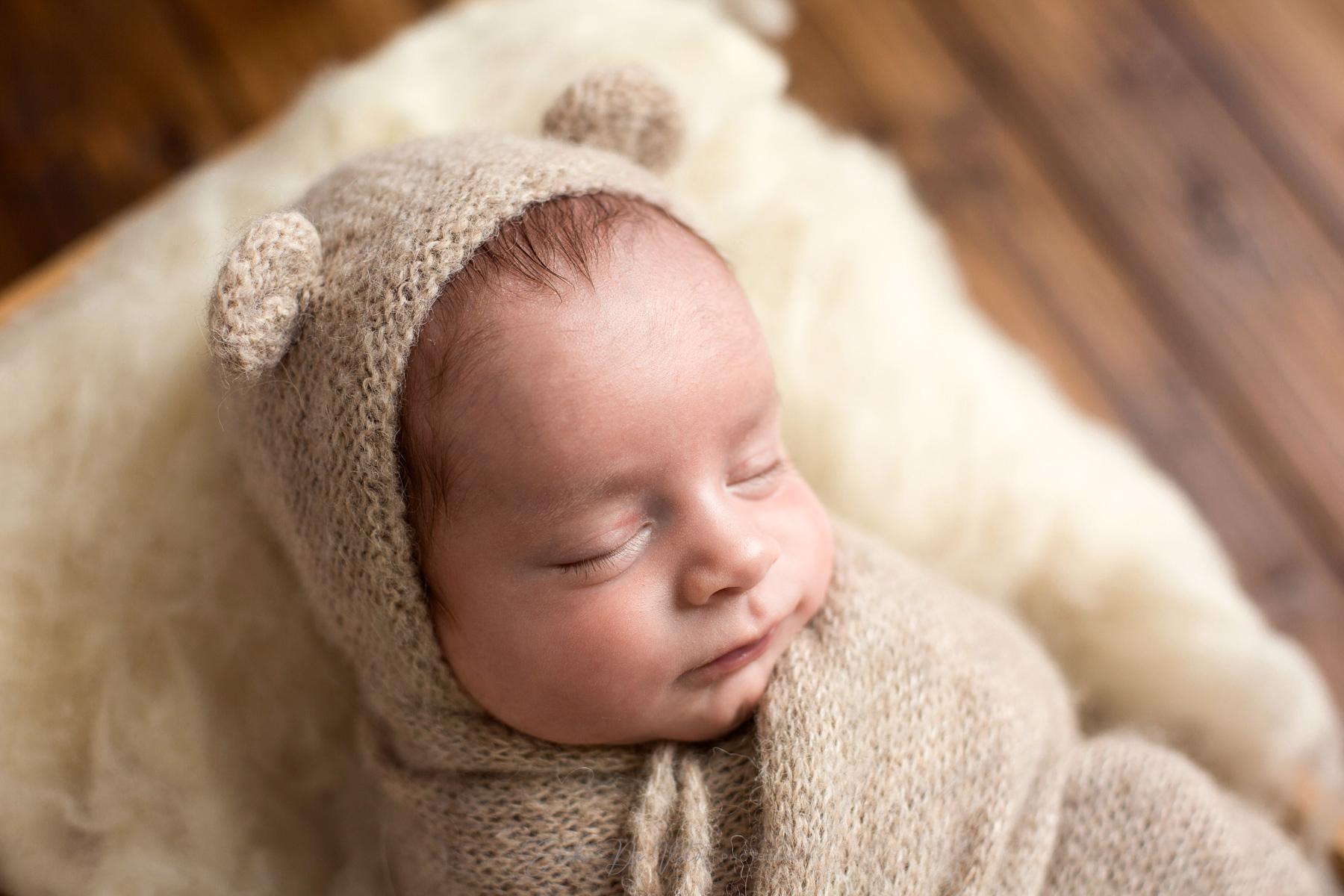 fotografia neonato con cappello orso