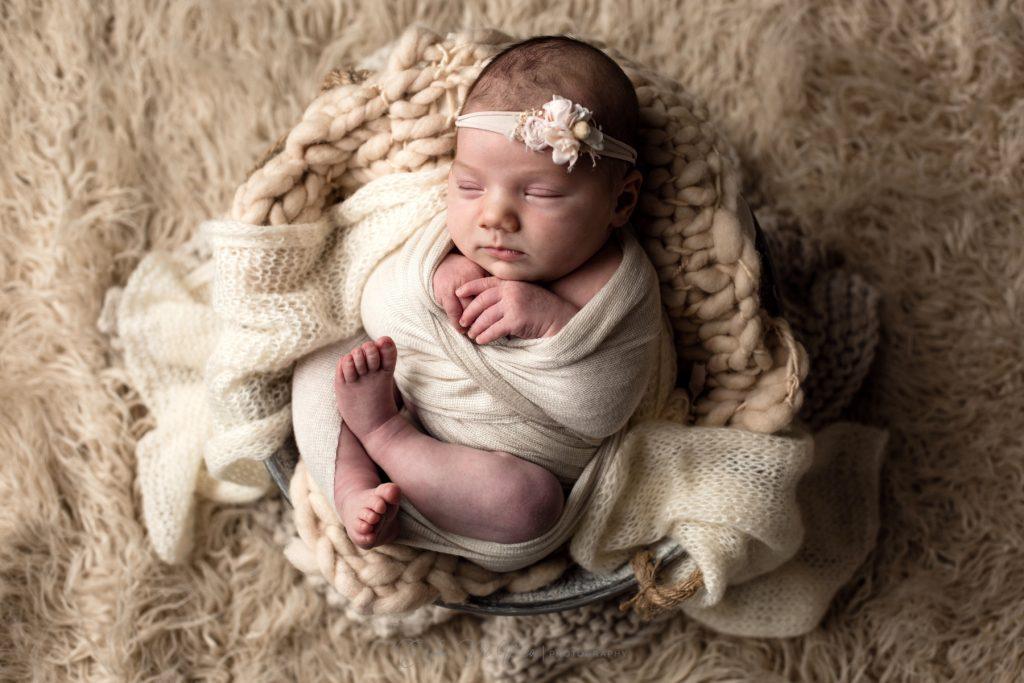neonata dorme nel cestino