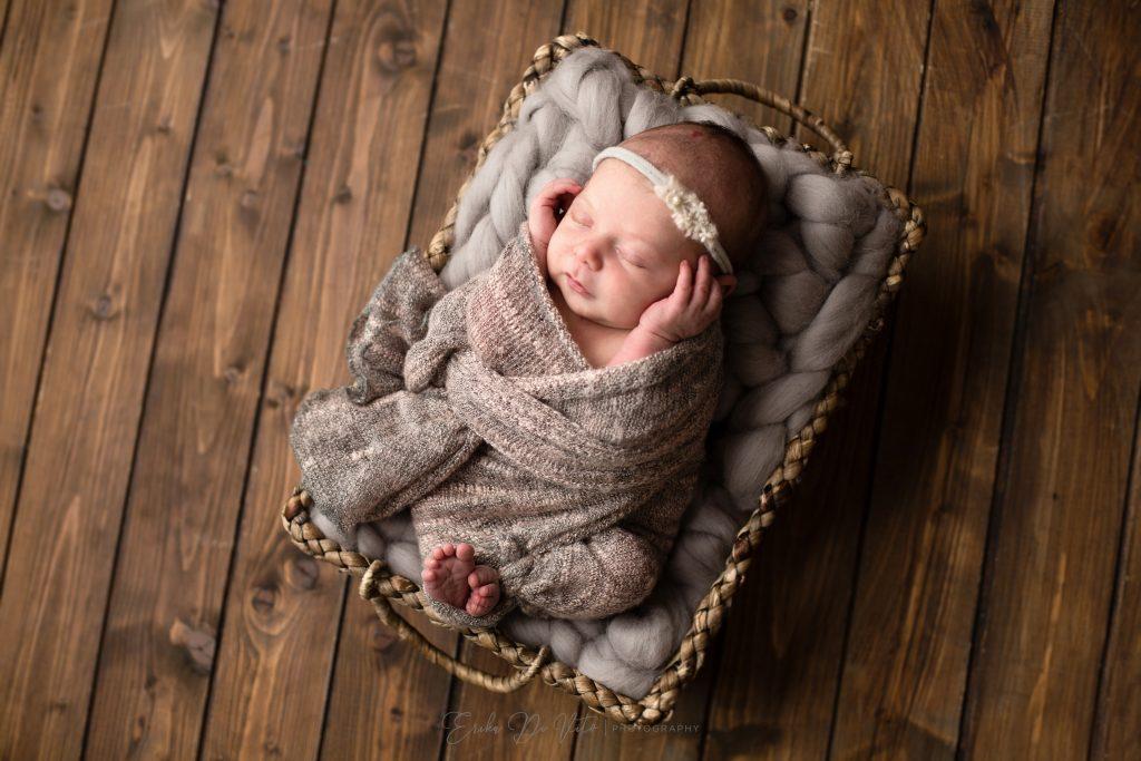 neonata nel cesto