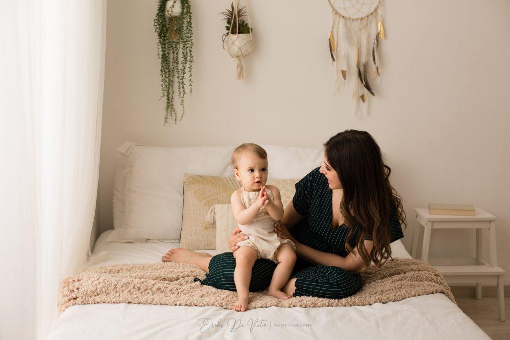 mamma e figlia 1 anno giocano