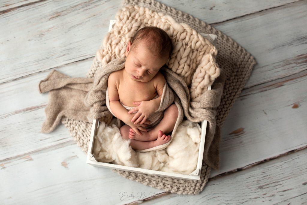 neonato in cassetta della frutta