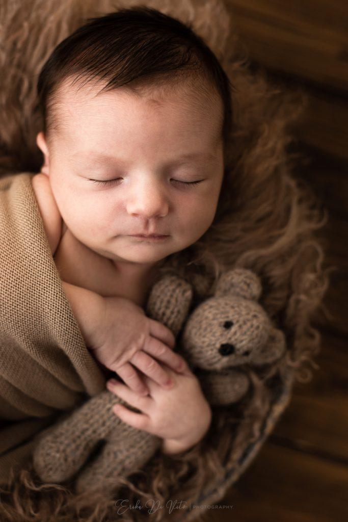 neonato in un cestino