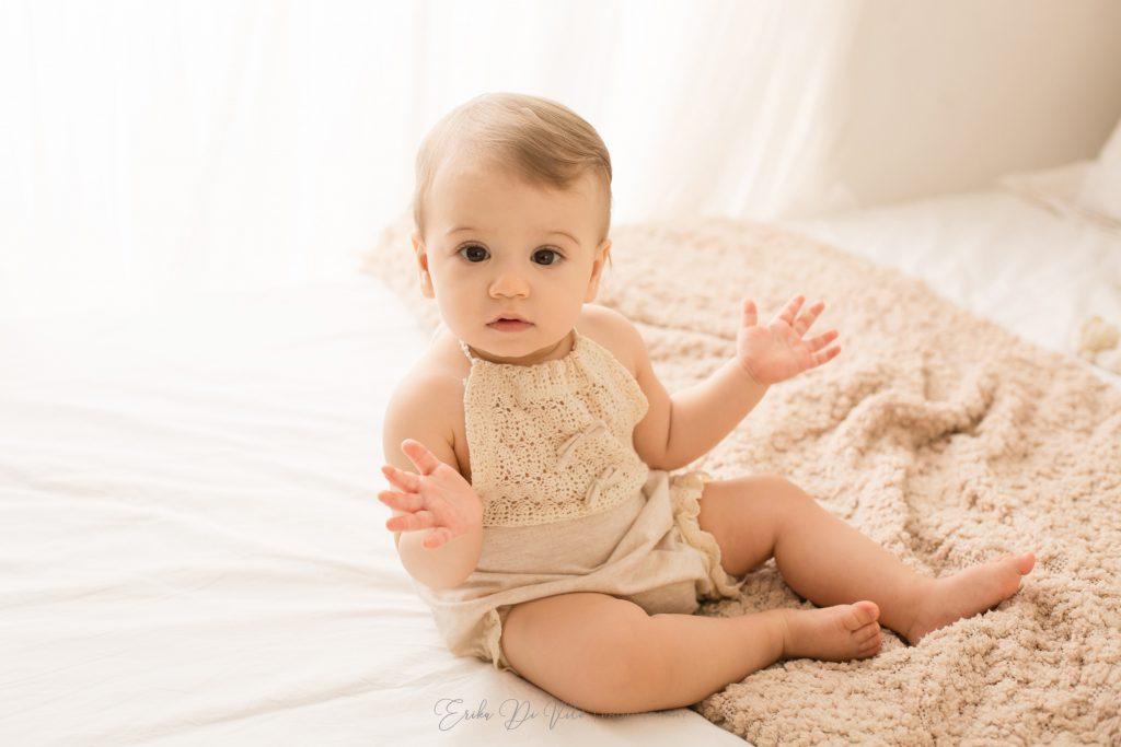 bambina un anno gioca batti le mani