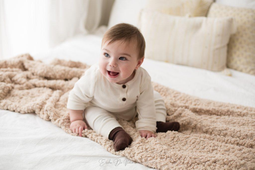 bambino 10 mesi sul letto