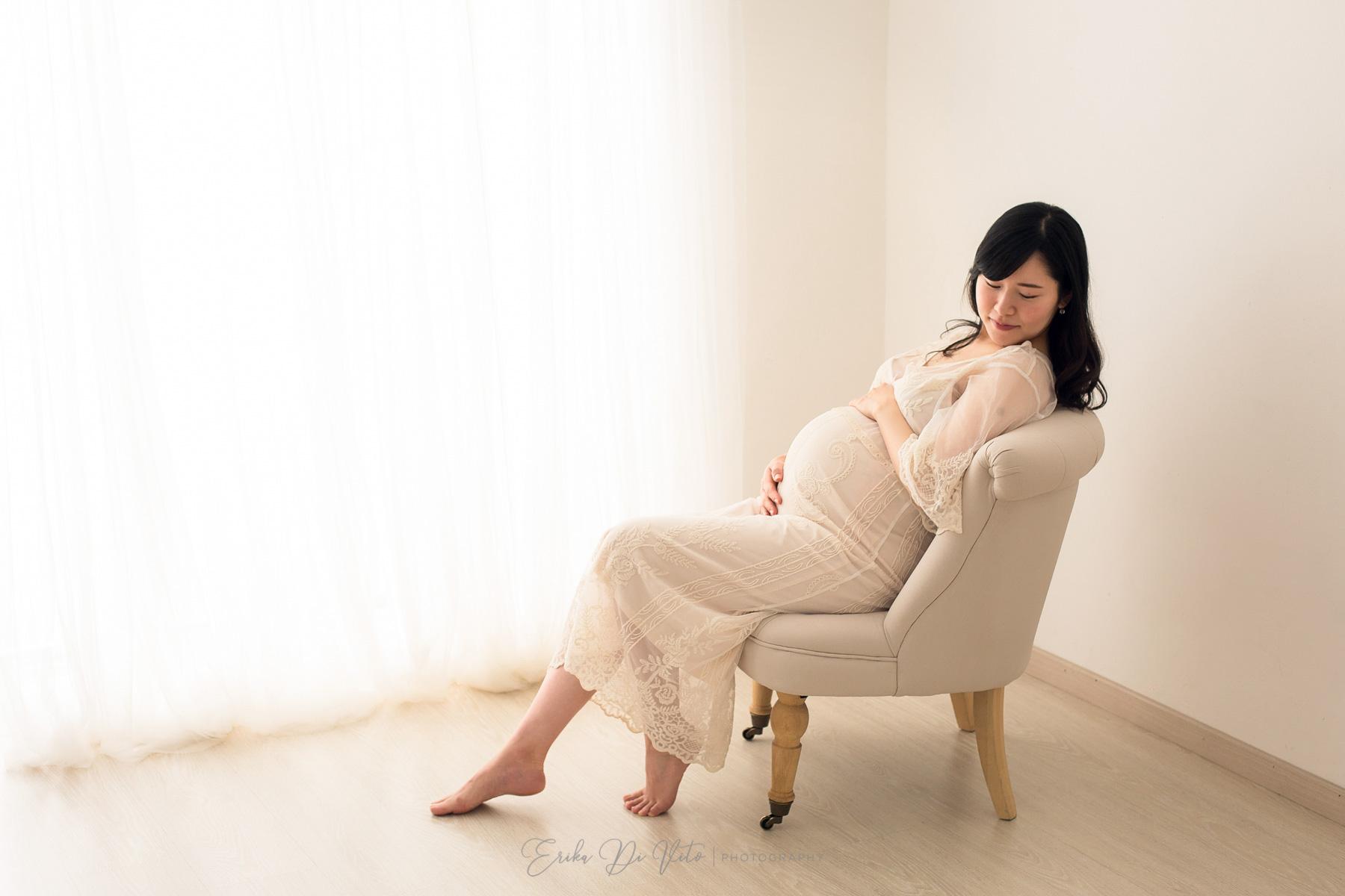 donna incinta su poltrona
