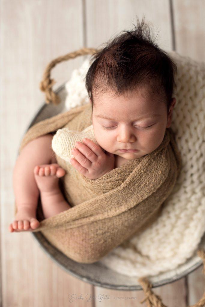 ritratto in studio fotografico di neonata con cuoricino in stoffa in mani