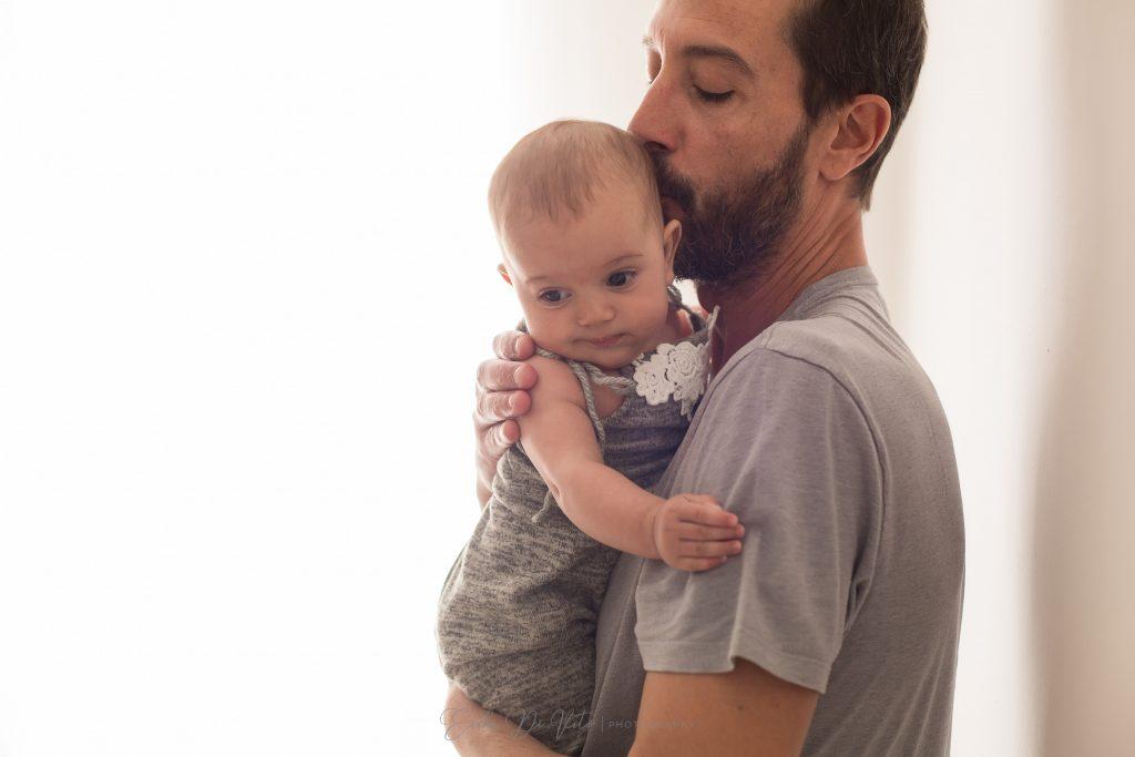 padre e bebe 4 mesi bacio