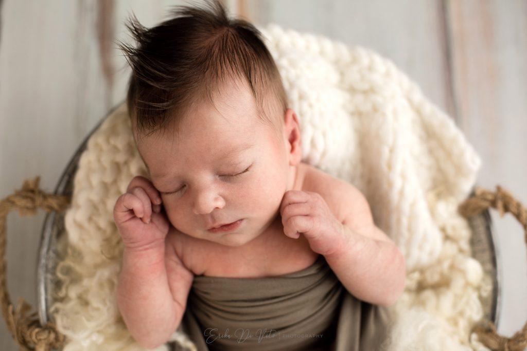 neonato che dorme nel cesto