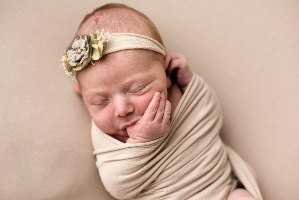 neonata si succhia il pollice