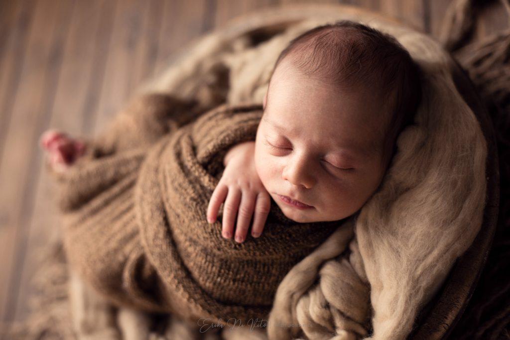 neonato in ciotola di legno