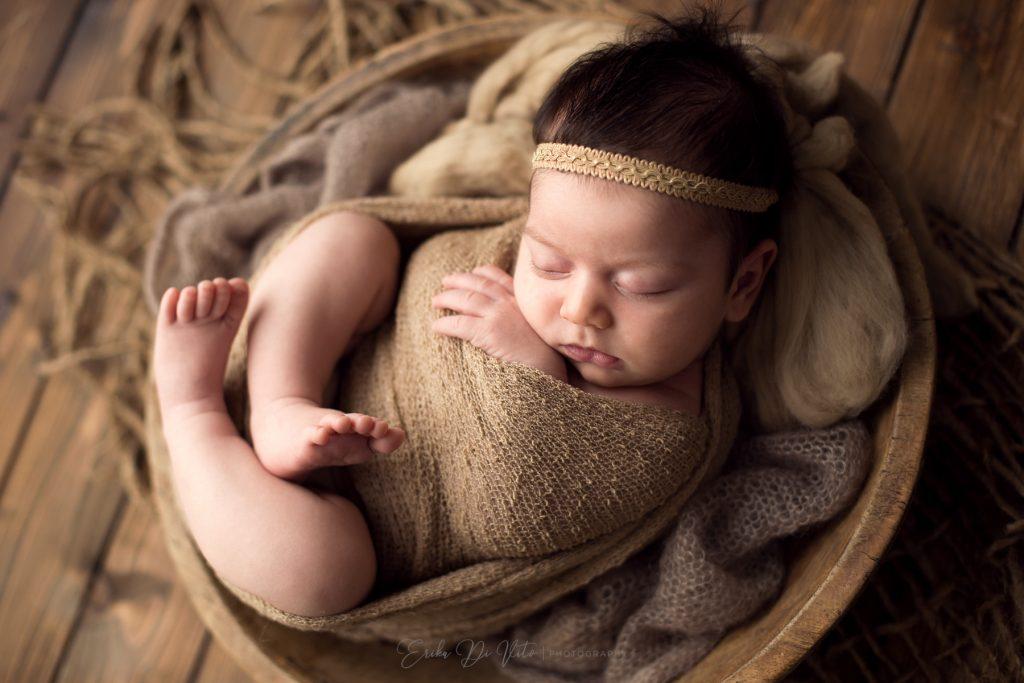 bambina un mese in cestino