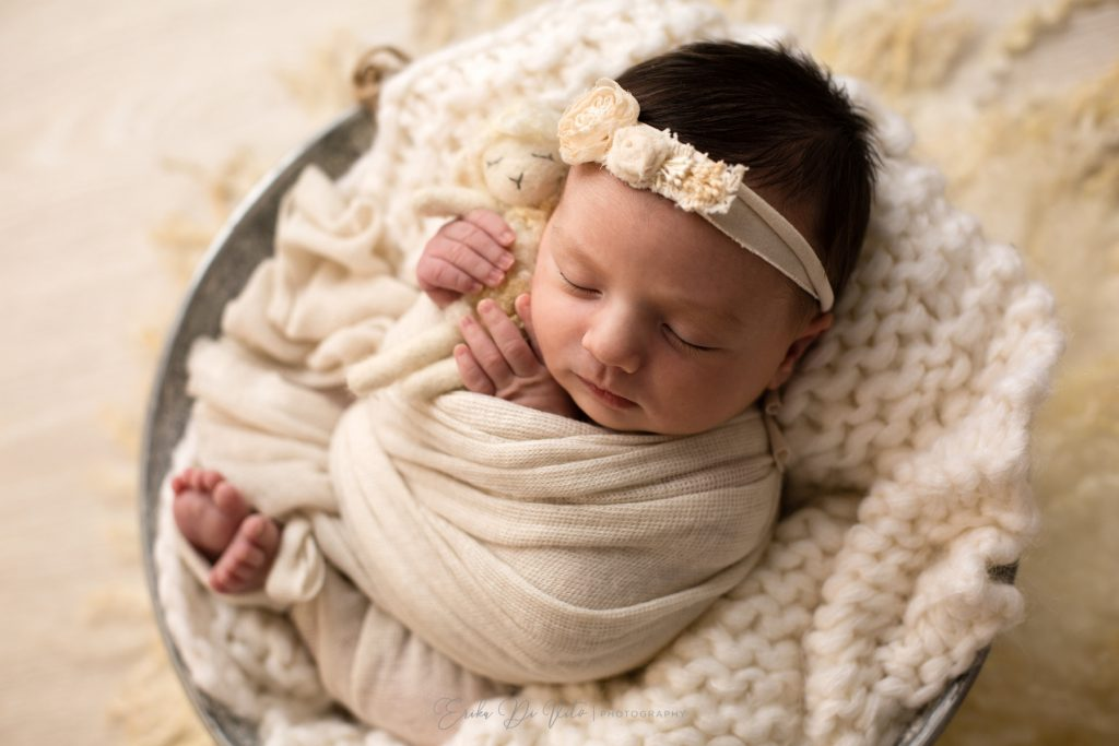 neonato in un cesto dorme