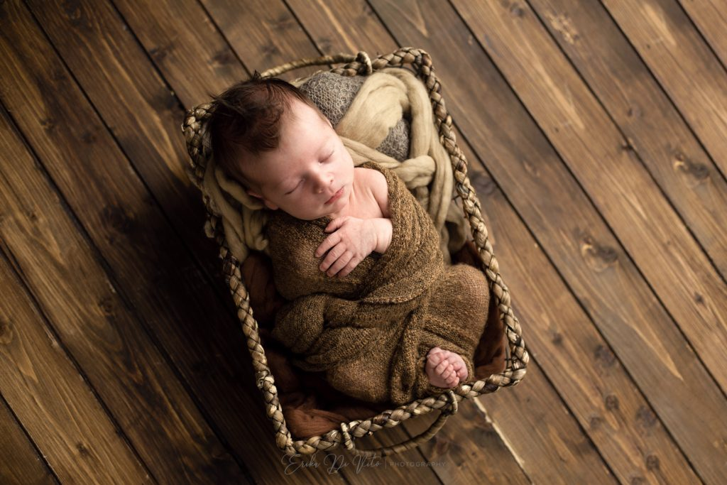 neonato nel cesto