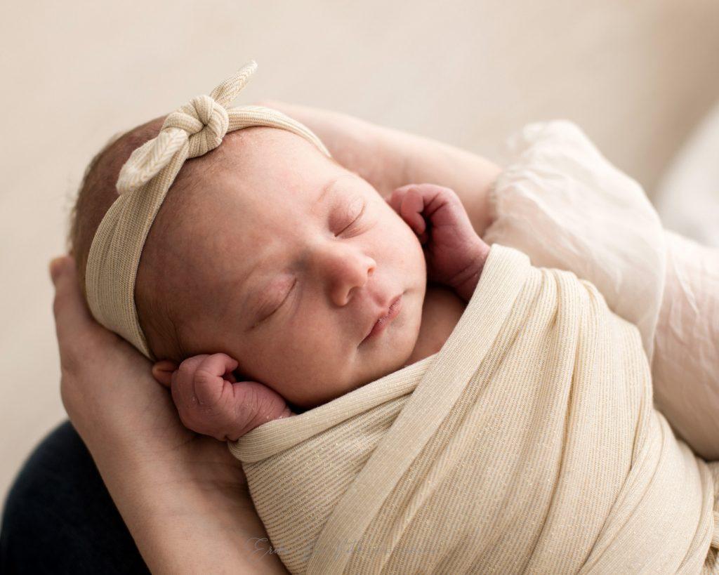 neonata primi giorni di vita tra le mani della mamma