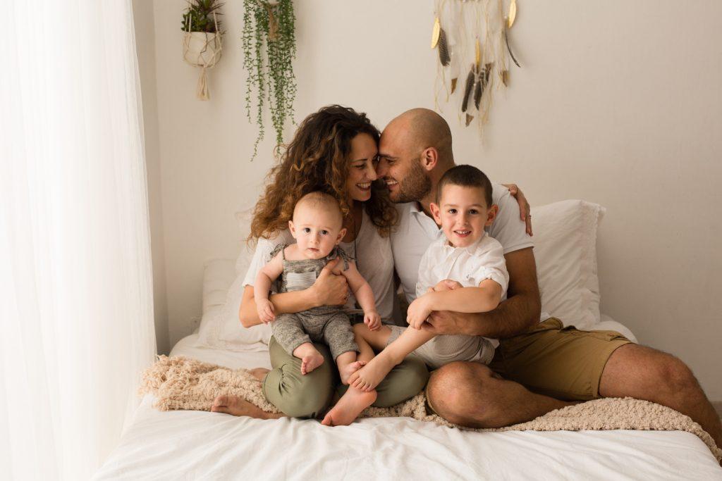 ritratto di famiglia in camera da letto
