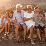 ritratto di famiglia nonni con nipoti