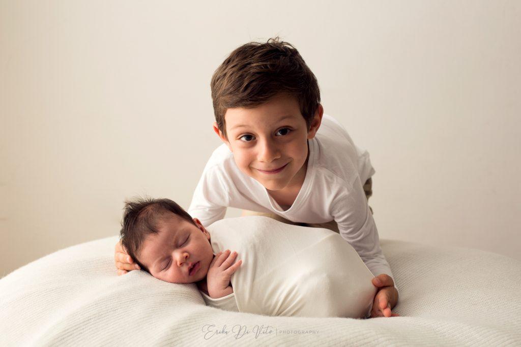 ritratto di famiglia neonata e fratello maggiore