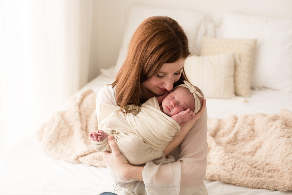 mamma e figlia neonata abbraccio