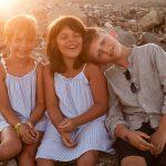 bambini giocano felici al tramonto