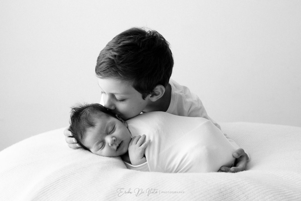 bambino bacia sorella neonata