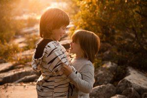 bambini gioco autunno abbraccio fratelli