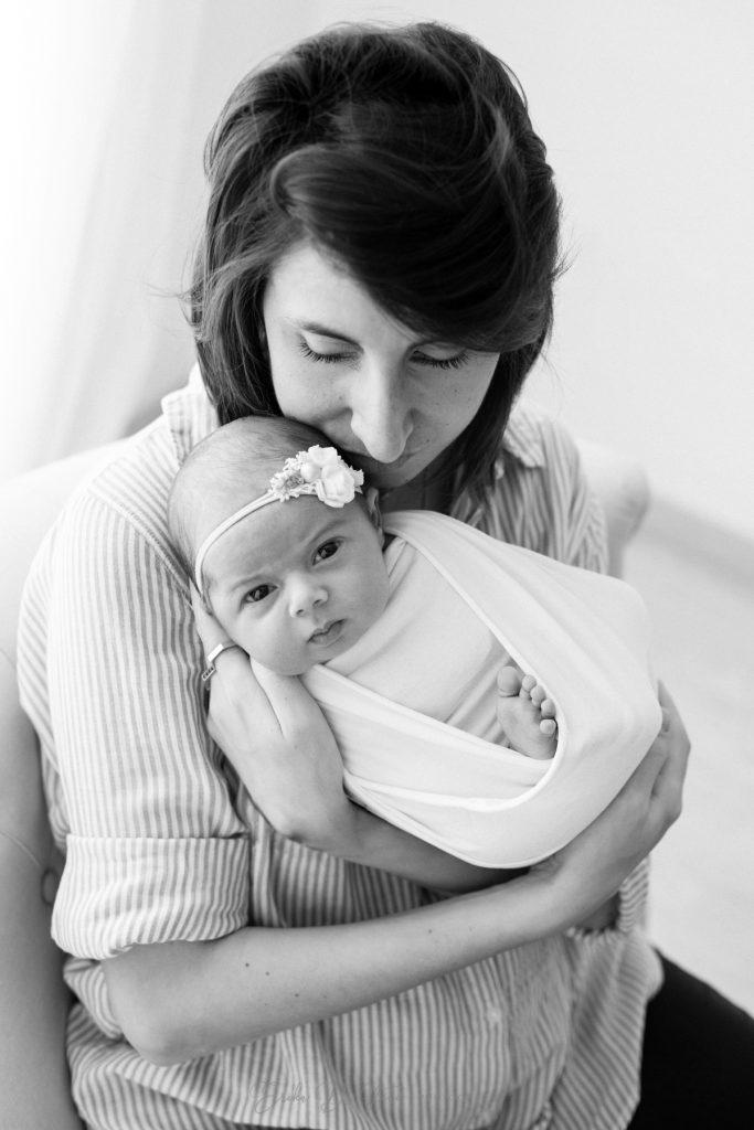 neonata in braccio alla mamma