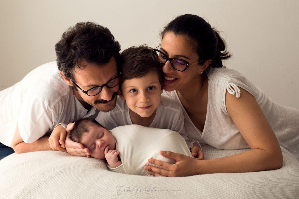 ritratto di famiglia con neonata e bambini di 5 anni