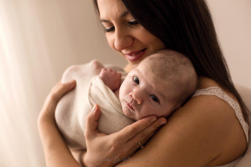 madre e neonata primi giorni abbraccio