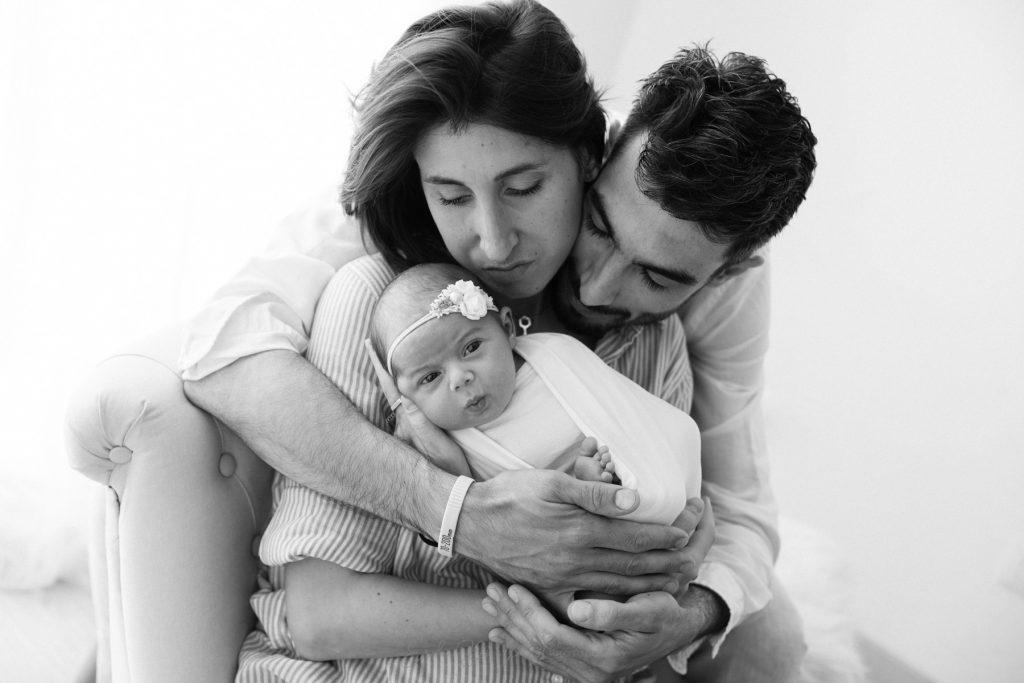 fotografia famiglia abbraccio a neonata bianco e nero