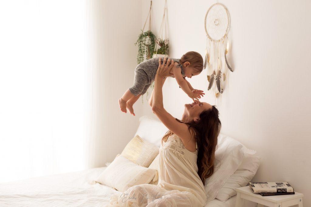 bambino 10 mesi in braccio alla mamma
