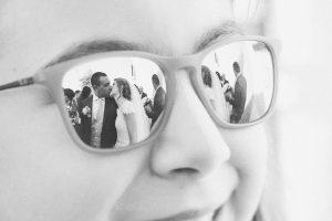bacio riflesso negli occhiali sposi