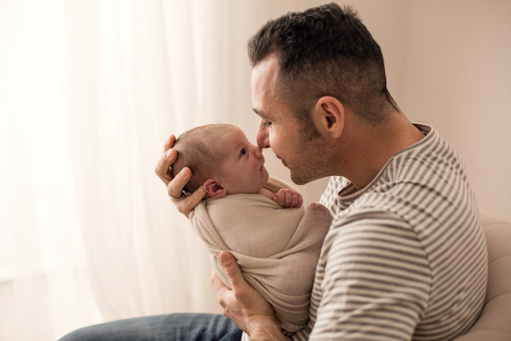 padre abbraccio neonato
