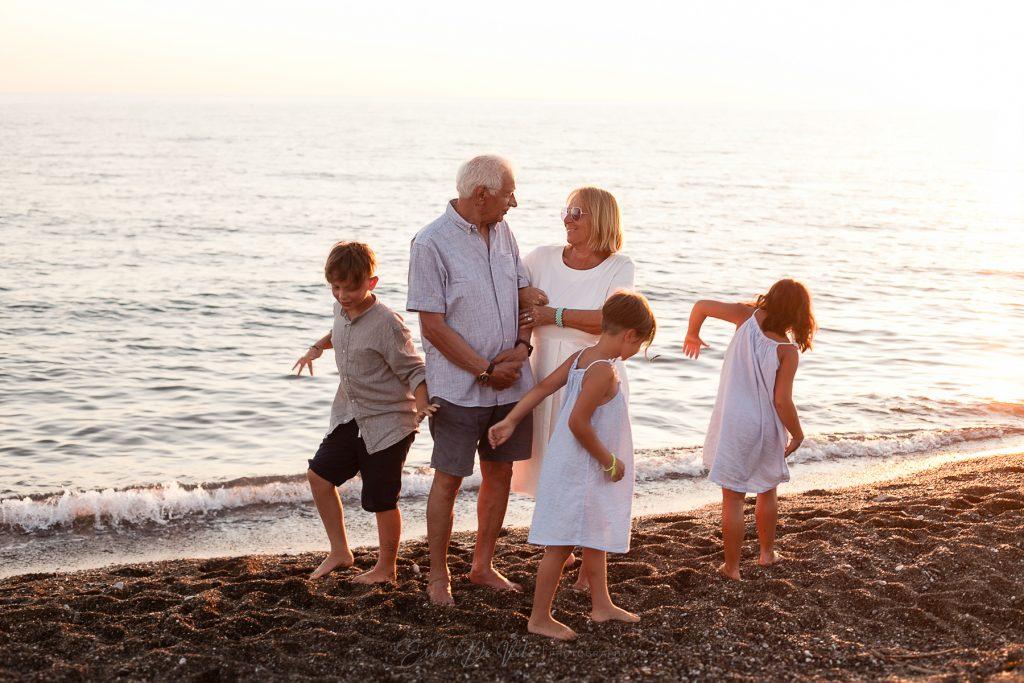 fotografo di famiglia ritratti al mare con i nonni
