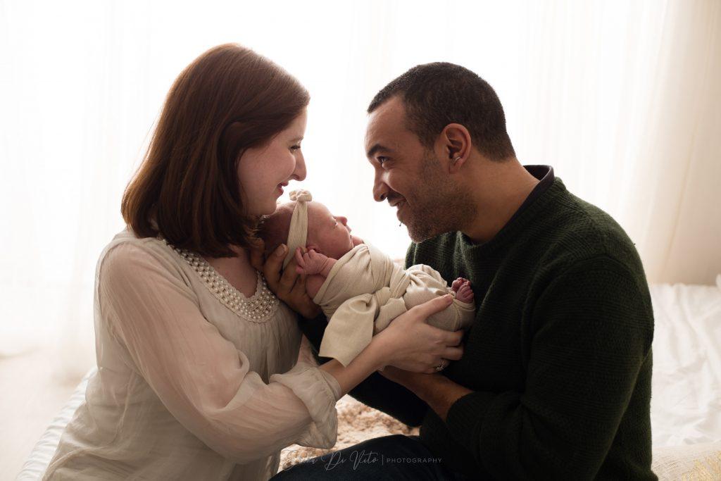 neonata con mamma e padre primi giorni di vita