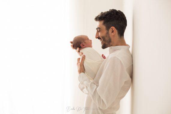 abbraccio padre neonato