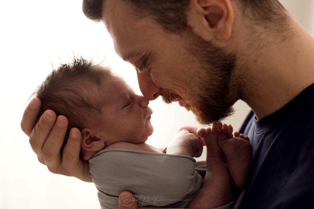 padre con neonato abbraccio