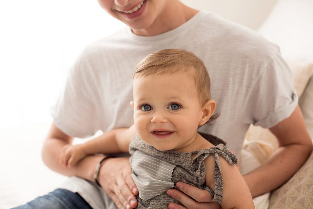 bambino 10 mesi in braccio al fratello gioca