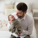 padre abbraccia neonato
