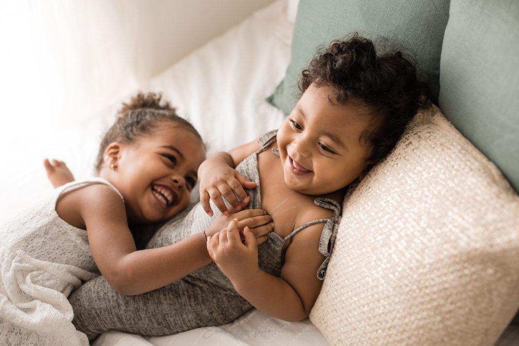 fratellini giocano sul letto ridono