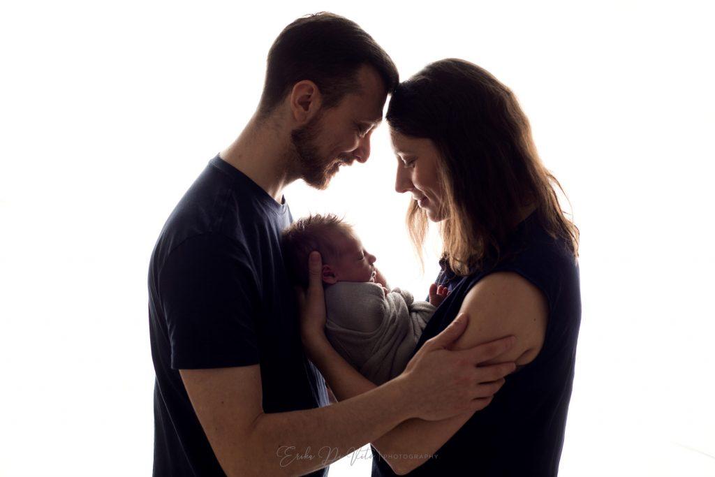 famiglia che abbraccia neonato